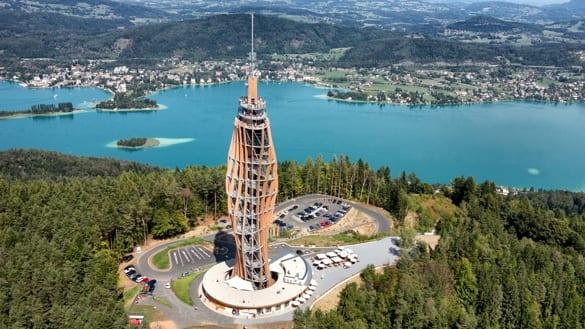 Beste Aussichten: Der hölzerne Turm hoch über dem Wörthersee