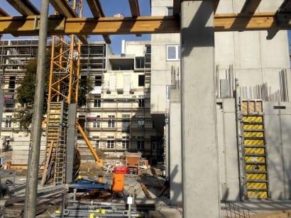 Im Vordergrund der 8-geschossige Neubau, dahinter das ehemalige Krankenhaus