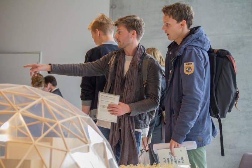 Ausstellungsbesucher betrachten die Architekturmodelle