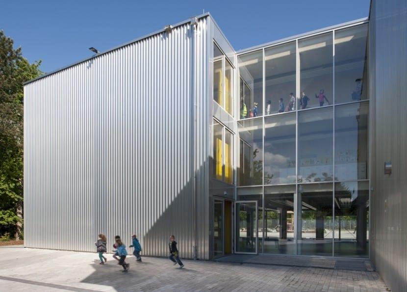 Edle Optik trotz Modulbauweise: Treppenhaus mit Aluminiumfassade und verglaste Erschliessungsbereiche