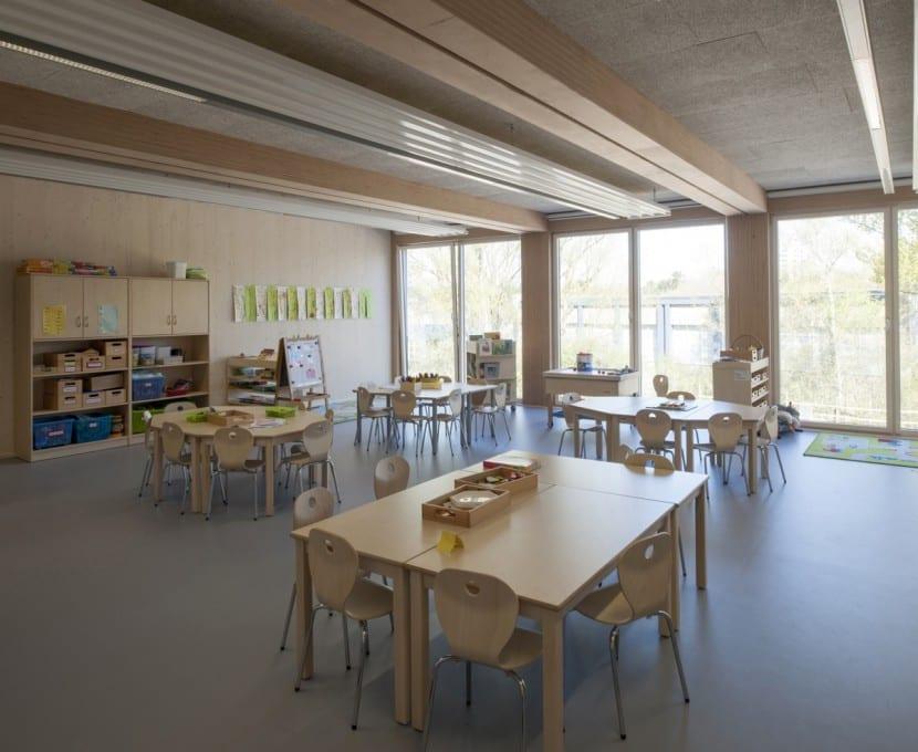 Viel lichte Höhe dank Unterzügen aus BauBuche: Blick in eines der Klassenzimmer