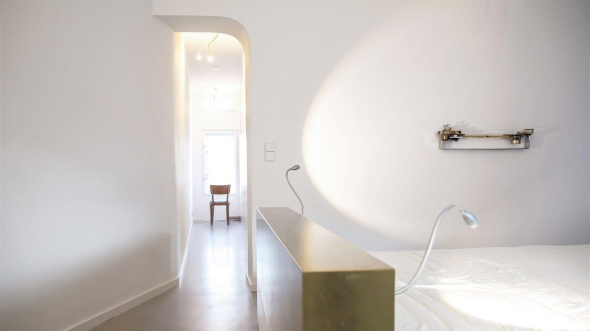 Berlin-Tempelhof-Altbau-Wohnung-mit-Badewanne-im-Wohnzimmer-Architekt-Alexander-John-Huston-luftbruecke06.jpg