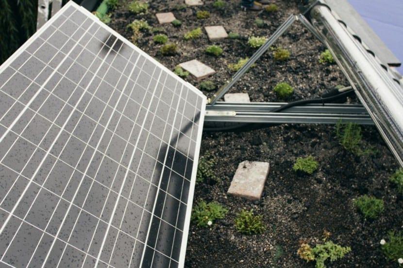 Photovoltaik-Anlage und PflanzenklÄranlage auf dem Dach