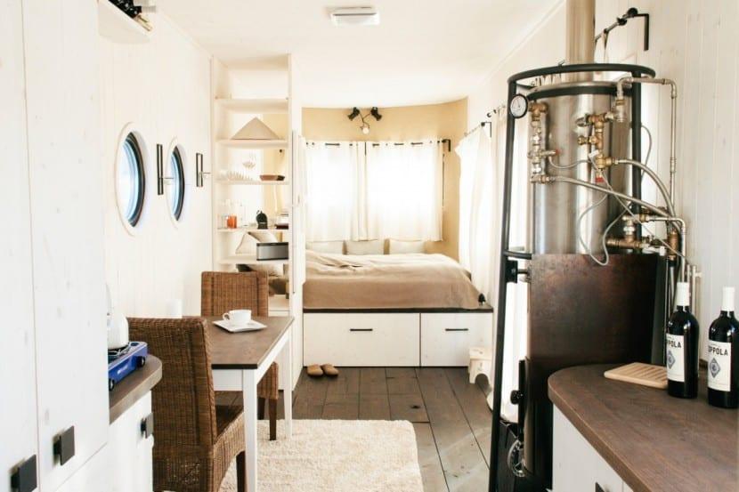 Wohnwagon innen: Wohnbereich und Kochnische