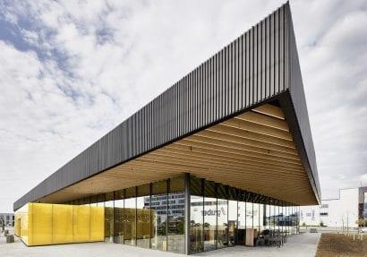 Glasfassade und Holzkonstruktion des EDEKA-Marktes in Gaimersheim von ATP München