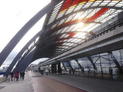 Amsterdam Centraal: Der Busbahnhof von Benthem Crouwel Architects (Foto: Eric Sturm)