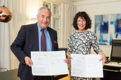 Dr. Ludwig Spaenle und Christine Degenhart mit der Kooperationsvereinbarung (Foto: Tobias Hase / ByAK)