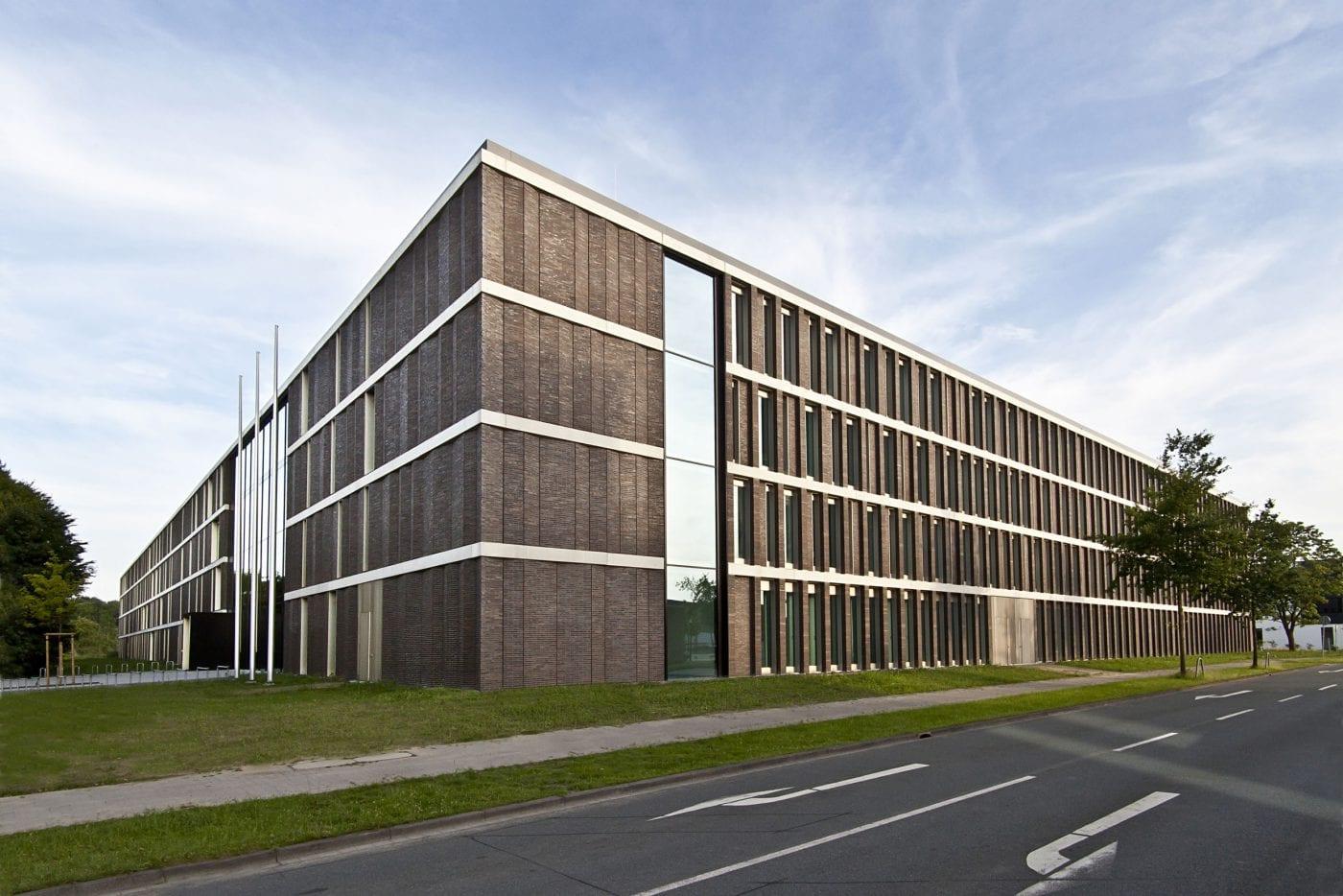 Klassisches mauerwerk und klinkerfertigteile neubau der - Skelettbau architektur ...