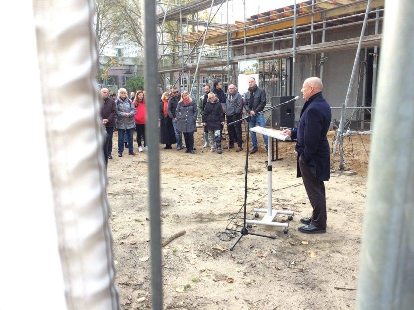 Architekt Bernhard Popp bei seiner Ansprache zum Richtfest der Betonoase (Foto: Eric Sturm)