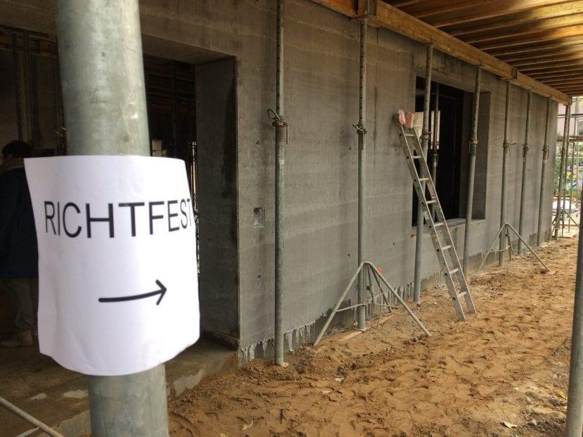 Hier entlang bitte – Richtfest auf der Baustelle der Betonoase (Foto: Eric Sturm)