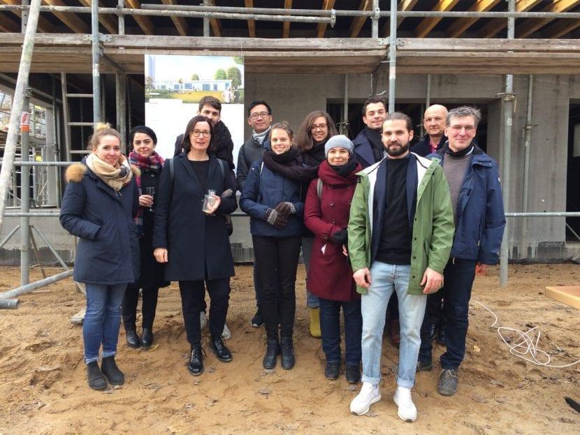 Gute Laune beim Richtfest: Die Mitarbeiter des Planungsbüros Gruber + Popp Architekten BDA (Foto: Eric Sturm)