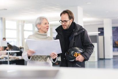 Bauleiterin und Bauleiter im Büro von Gaus & Knödler Architekten (Göppingen bei Stuttgart)