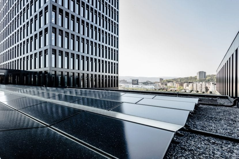 Photovoltaik-Elemente auf dem Dach des Sockelgebäudes (Foto: Adriano Biondo)