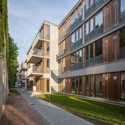 Blick auf den Wohnriegel im Inneren der Blockbebauung mit seinen rückversetzten Fassaden (Foto: Sebastian Glombik)