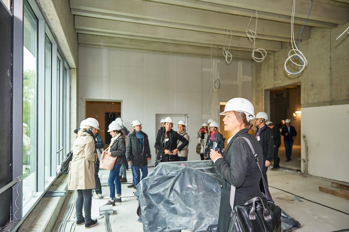 Baustellenführung im Neuen Bauhaus-Museum mit Architektin Heike Hanada (Foto: Stephan Falk)