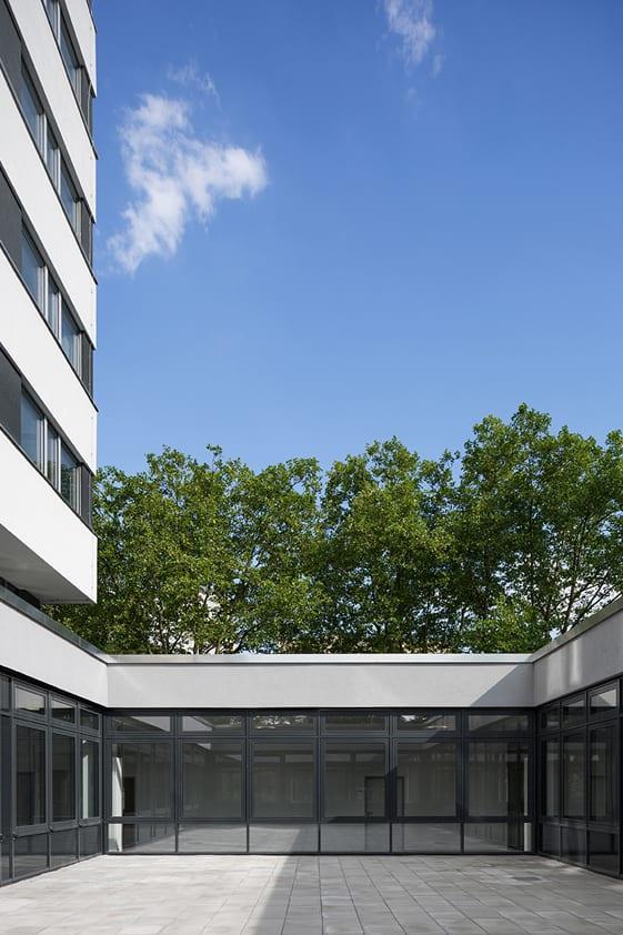 Jobcenter Berlin-Mitte: Verbindungsgang zwischen Flachbau und Hochhaus (Foto: Andreas Meichsner)