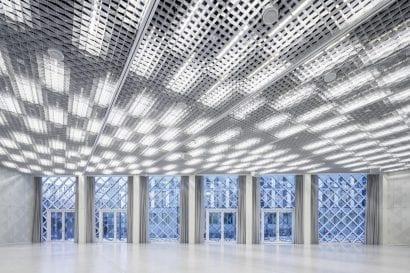 Im Foyer fungiert eine Lichtdecke gleichzeitig als Flächenbeleuchtung sowie als riesiger Mediascreen (Foto: TRILUX)
