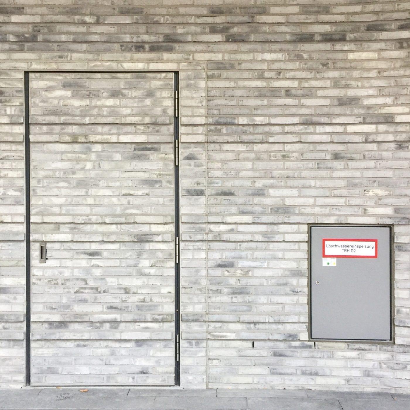 Nachfolgerin von Gunther Adler steht fest: Anne Katrin Bohle wird Staatssekretärin für Stadtentwicklung, Wohnen und Bauwesen (Symbolbild, Fassadendetail eines Bürogebäudes; Foto: Eric Sturm)