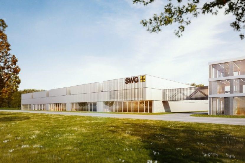 Die neue Halle der SWG Produktion hat beachtliche Abmessungen von 114 m Breite auf fast 97 m Länge. Markant ist die Dachkonstruktion mit den Versprüngen zwischen den fünf Hallenschiffen. Eine Brücke verbindet die Produktionshalle mit dem dreigeschossigen Besucher-Pavillon. Der Entwurf stammt von Holzbau-Architekt Hermann Kaufmann (Visualisierung: HK Architekten)
