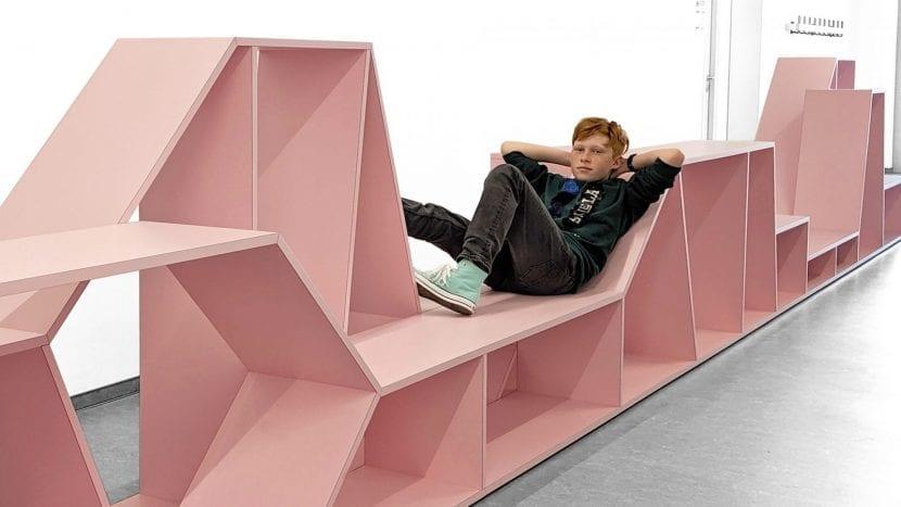 Sitzmöbel im Flur, Gesamschule Rheda-Wiedenbrück (Foto: Sigurd Larsen Design & Architecture)