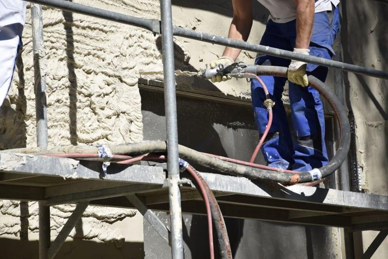 """Durch ihre rheologischen Eigenschaften lassen sich die """"Ecosphere""""-Dämmungen von Maxit einfach an die Wand spritzen. Das Zuschneiden von Dämmplatten entfällt und auch ungewöhnliche architektonische Formen sind problemlos dämmbar (Foto: maxit)"""