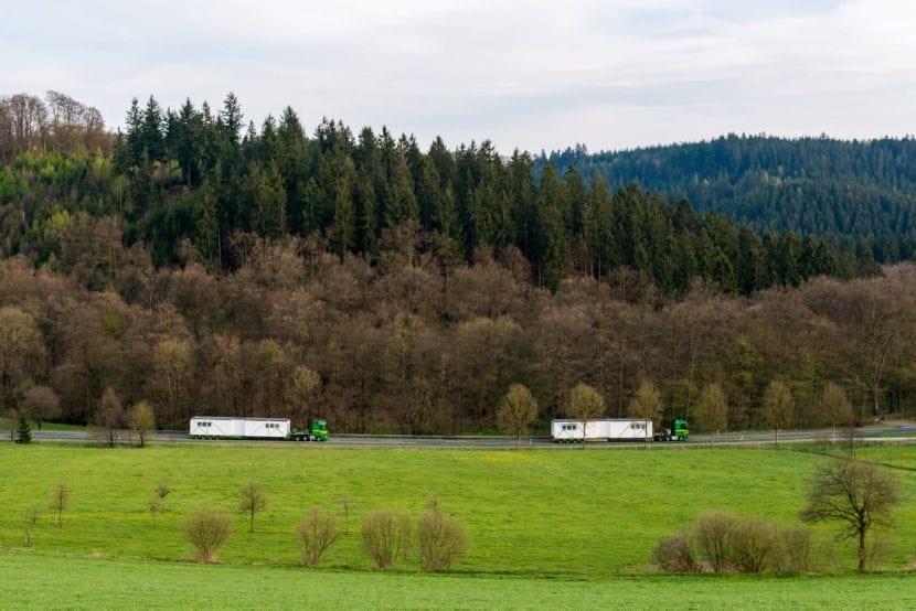 Schwerlasttransport per Tieflader: ALHO-Module auf dem Weg zur Baustelle (Foto: ALHO)