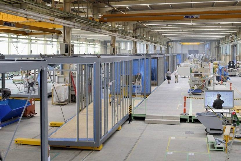 """""""Just-in-Time-Produktion"""" im ALHO-Werk Morsbach (Westerwald): Blick auf eine von drei Modulbau-Produktionslinien (Foto: ALHO)"""