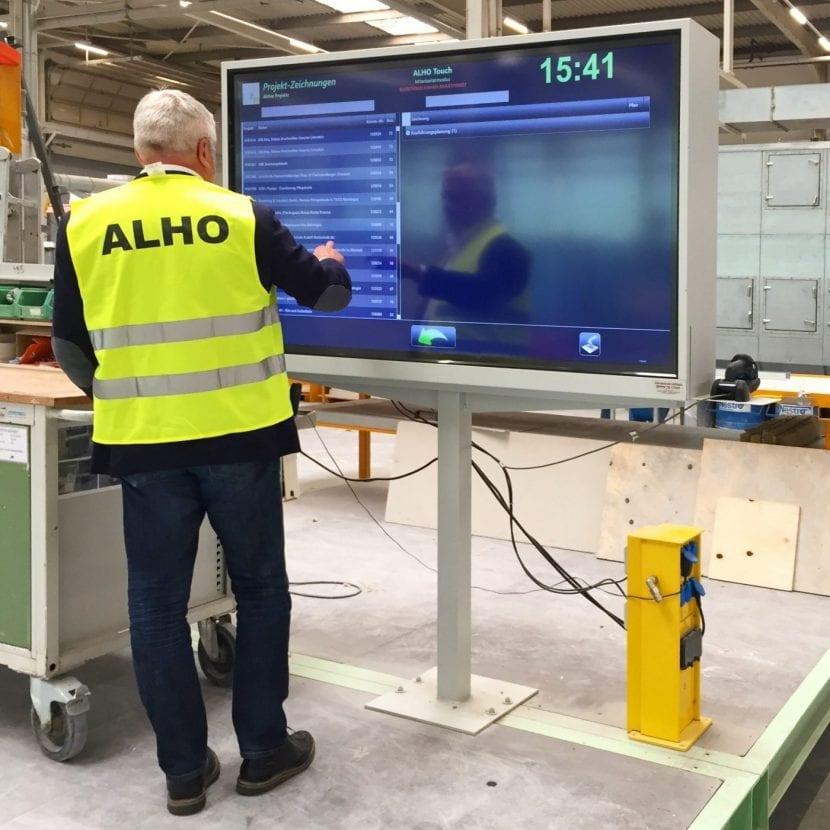 Entlang der Produktionslinien stehen alle CAD-Pläne für den Modulbau per Touchscreen papierlos bereit (Foto: Eric Sturm)