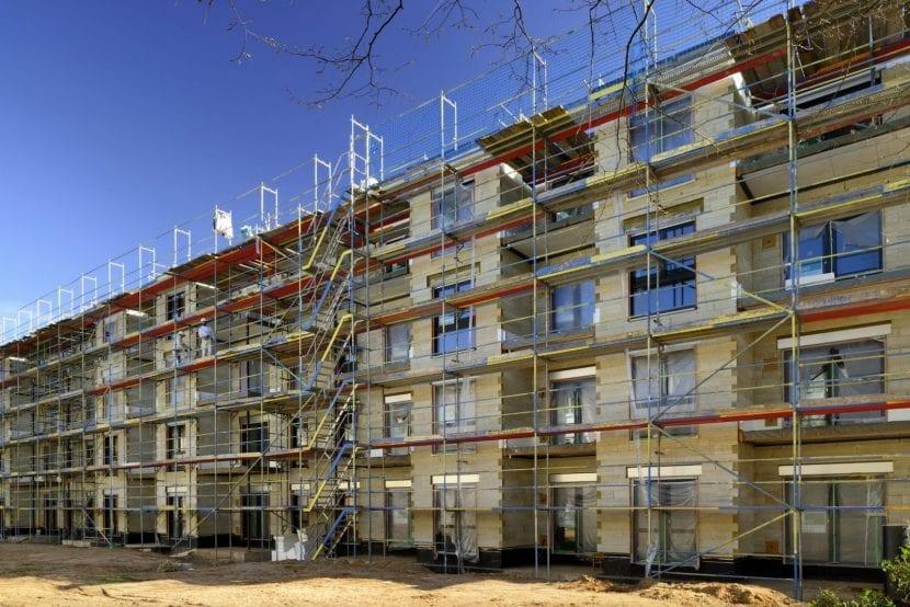 Fassadenarbeiten an einem Wohnhaus der Wohnungsgesellschaft Leverkusen in Modulbauweise (Foto: ALHO)