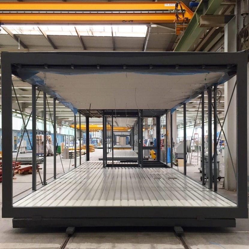 Sonderformat: Ein über vier Meter breites Modul in der ALHO-Werkshalle (Foto: Eric Sturm)