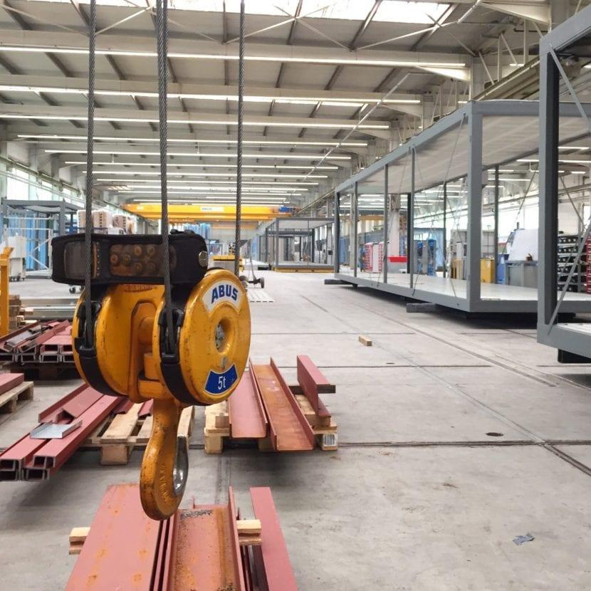 """Die """"Rohbauten"""" der Module werden in der Werkshalle aus Stahlprofilen zusammengeschweisst (Foto: Eric Sturm)"""