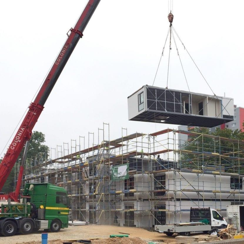 Per Autokran werden die einzelnen Module an ihren Platz innerhalb des Neubaus gebracht (Foto: Eric Sturm)
