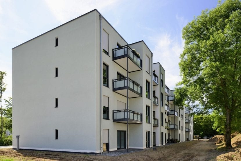 Blick ins Grüne: Wohnhaus in Modulbauweise nach der Fertigstellung (Foto: ALHO)