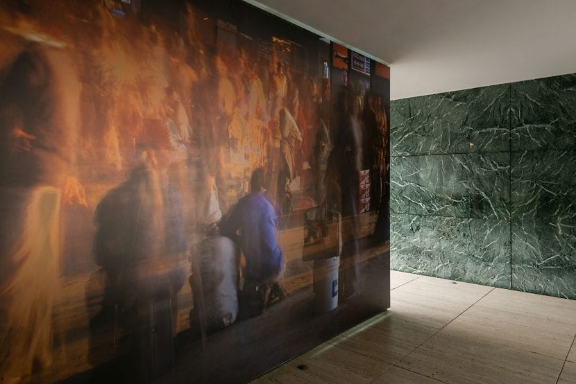 "Intervention ""1:100 Past and Present"" im Mies van der Rohe Pavillon, Barcelona (Foto: Michael Wesely)"