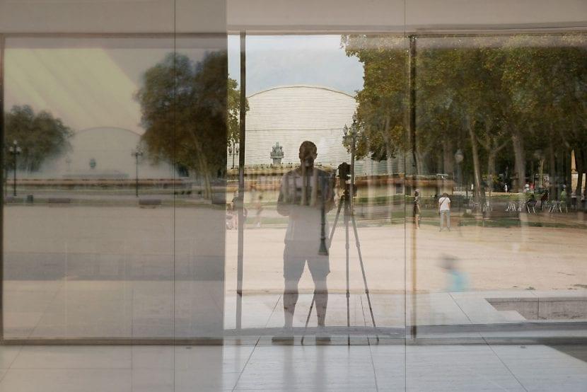 "Selbstporträt vor ""Barcelona Pavillon"" (Foto: Michael Wesely)"