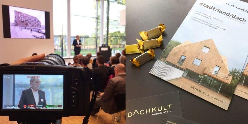 """Klaus H. Niemann, Sprecher der Initative Dachkult, eröffnet die 6. Rooftop Talks im Egon-Eiermann-Saal. Rechts das neue dachkult-Magazin """"stadt/land/dach"""" (Fotos: Eric Sturm)"""