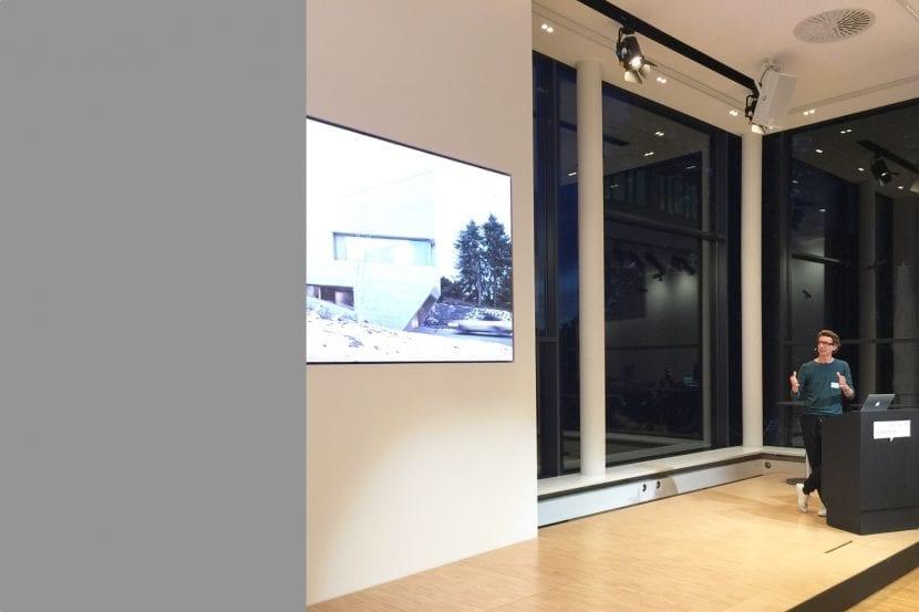 """Thomas Steimle (Steimle Architekten) bei seinem Vortrag, hier zum Wohnhaus E20 aka """"Der Findling"""" (Foto: Eric Sturm)"""