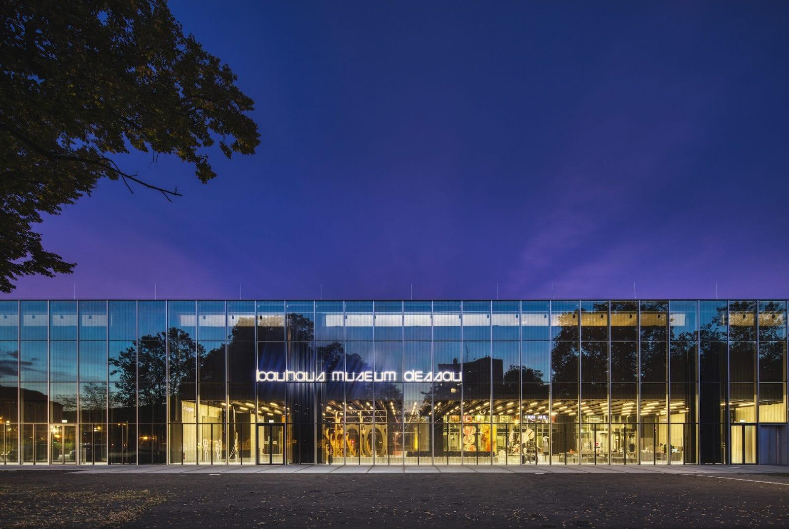 Blick auf den Eingangsbereich des neuen Bauhaus Museum Dessau von addenda architects (Foto: Zumtobel)