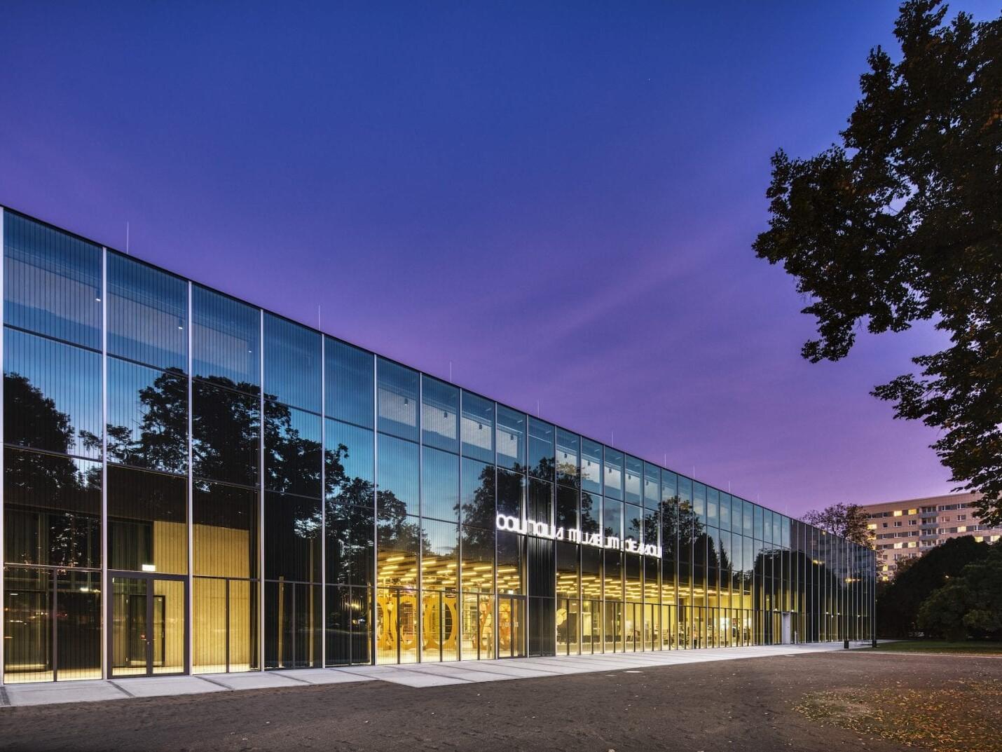 """""""Eine Black Box mit einem Wintermantel aus Glas"""" – so beschreibt Architekt Roberto González, addenda architects, das von seinem Büro entworfene neue Bauhaus Museum Dessau (Foto: Zumtobel)"""