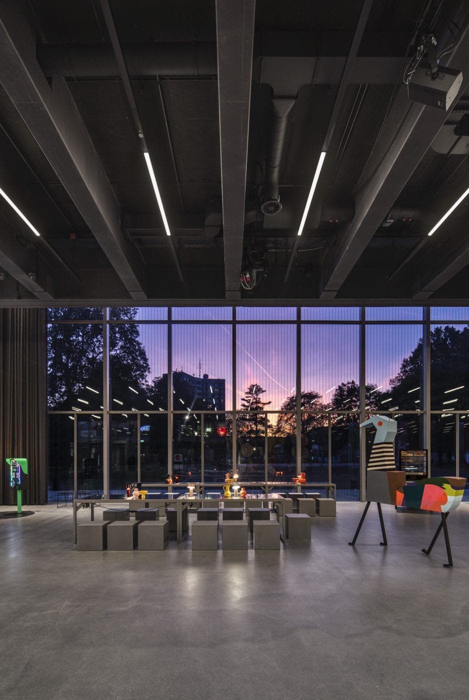 Innenansicht: Die Ausstellungsräume im Erdgeschoss des neuen Bauhaus Museum Dessau von addenda architects (Foto: Zumtobel)