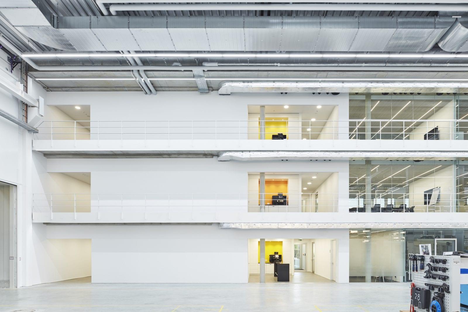 Blick aus der Montagehalle auf den Schulungs- und Bürotrakt (Foto: Dietmar Strauss)