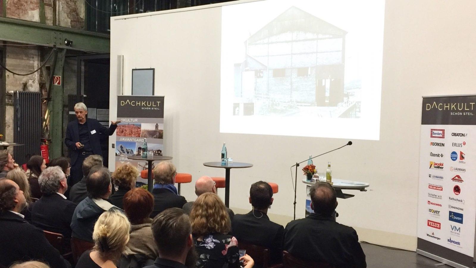 Architekt Achim Pfeiffer während seines Vortrags bei den Dachkult-Rooftop Talks #7 in Bochum (Foto: Eric Sturm)