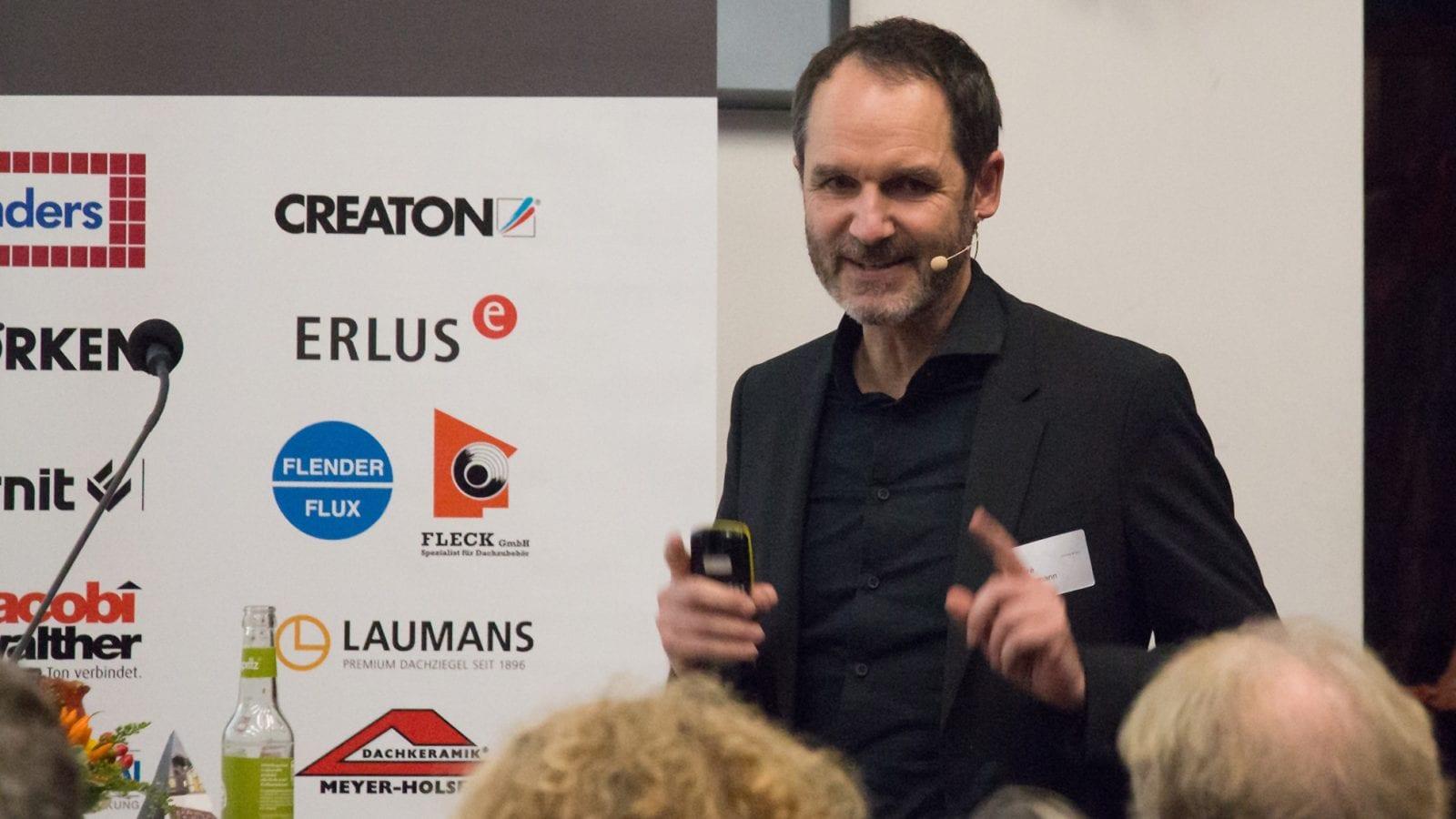 Prof. André Habermann (habermann.decker.architekten) bei seinem Vortrag über das Museum Peter-August-Böckstiepel-Haus, Werther (Foto: dachkult.de)