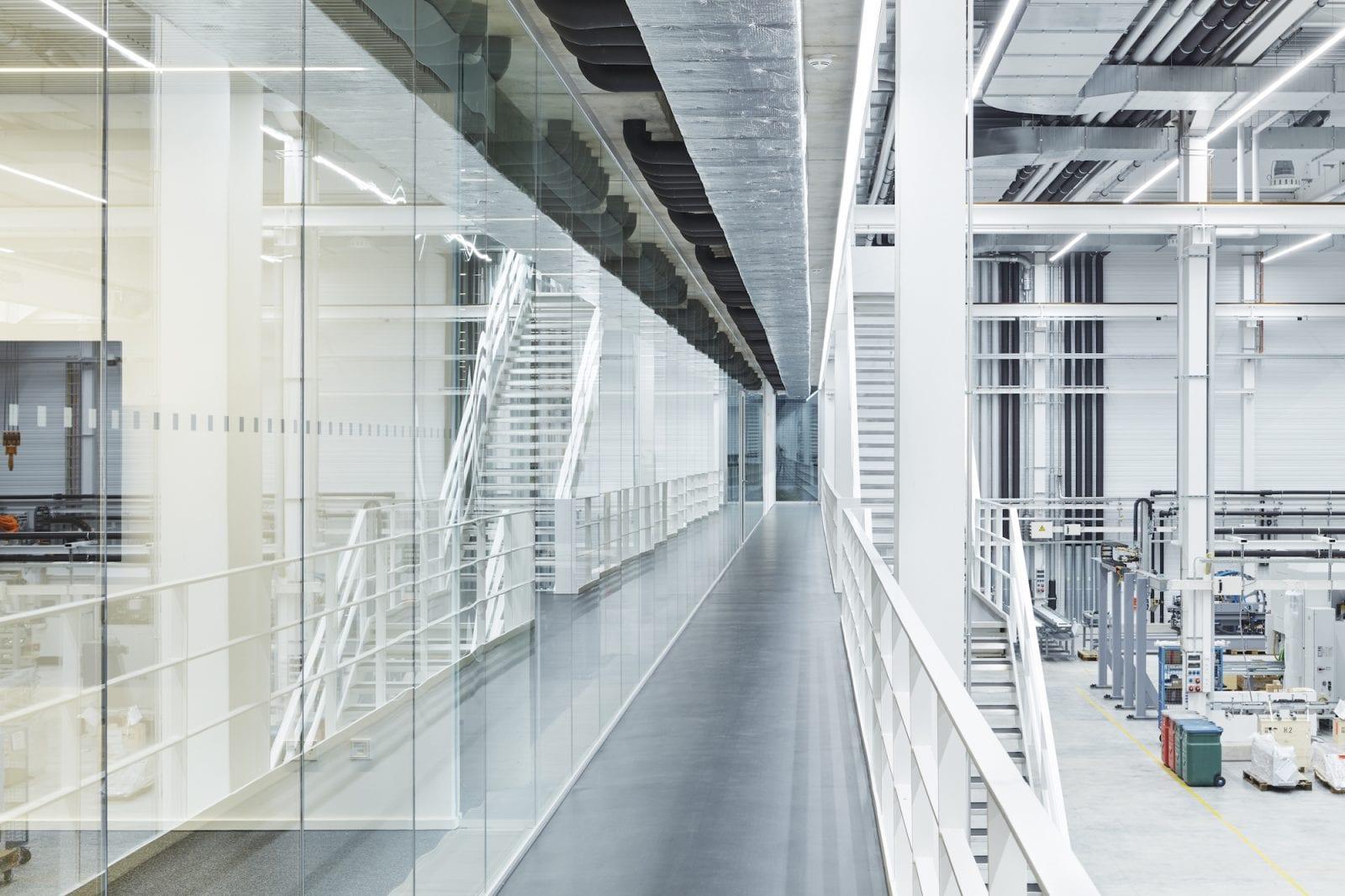 Erschliessung zwischen Bürotrakt und Montagehhalle (Foto: Dietmar Strauss)
