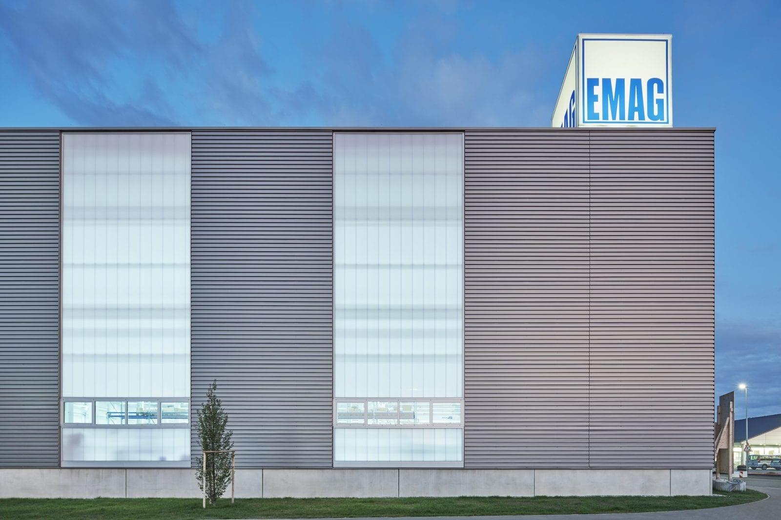 Fassadenansicht der neuen Montagehalle (Foto: Dietmar Strauss)