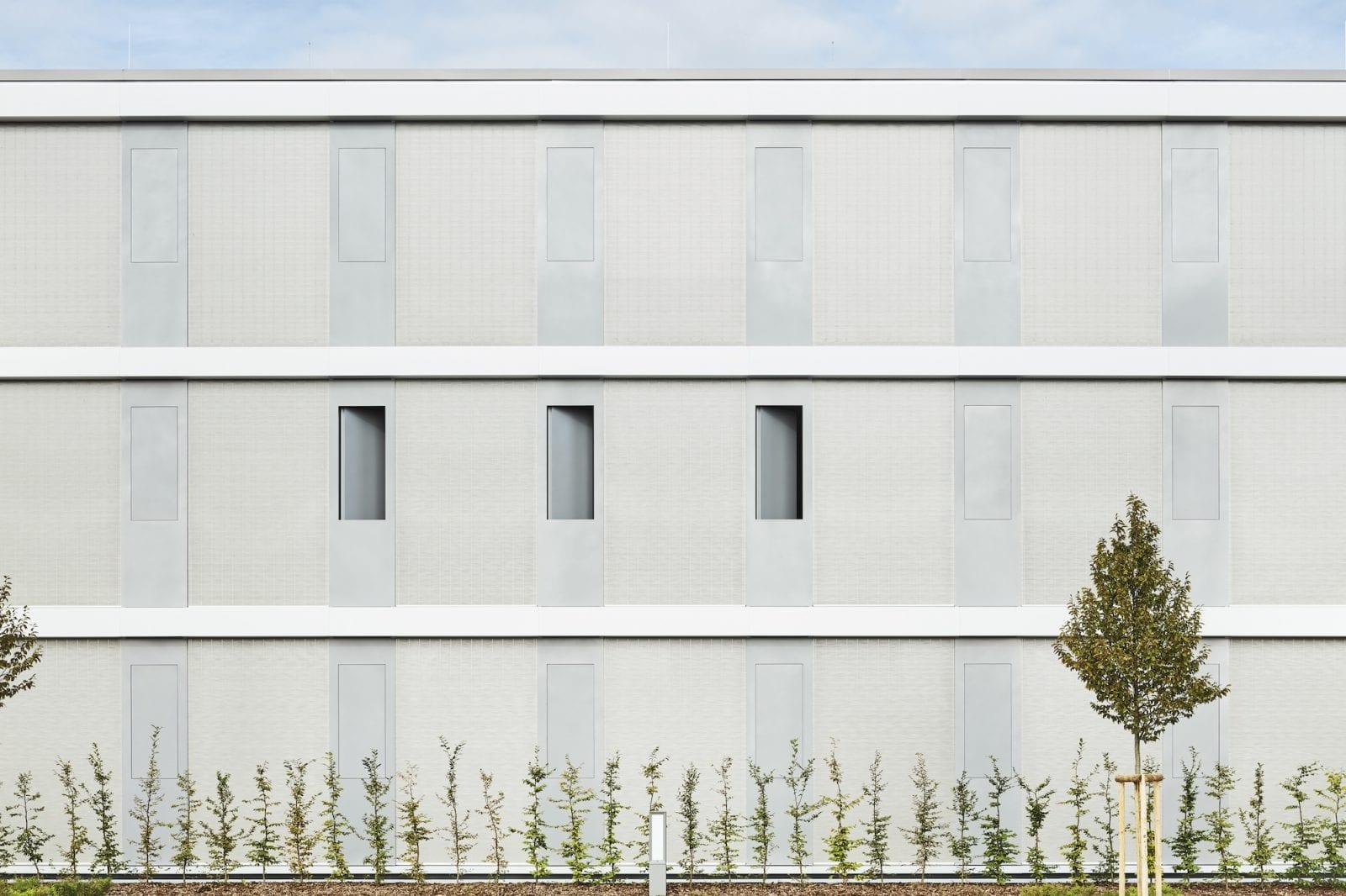 Fassadenansicht Büroriegel im geschlossenen Zustand (Foto: Dietmar Strauss)