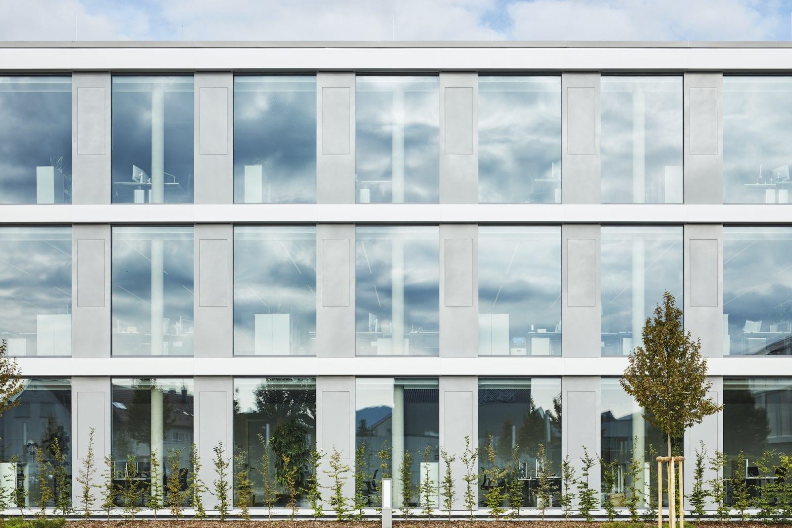 Fassadenansicht Büroriegel im geöffneten Zustand (Foto: Dietmar Strauss)