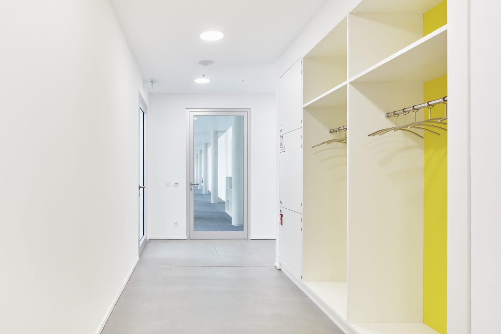 Garderobe in einer Büroetage (Foto: Dietmar Strauss)