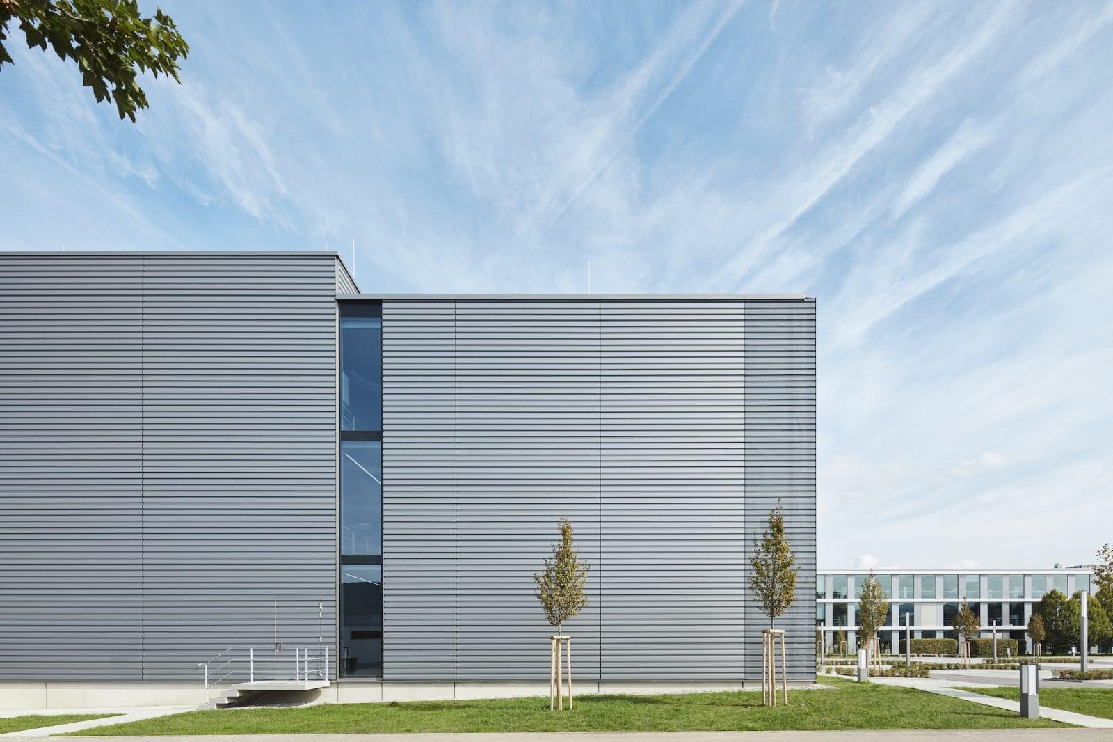 Südansicht der neuen EMAG-Montagehalle (Foto: Dietmar Strauss)