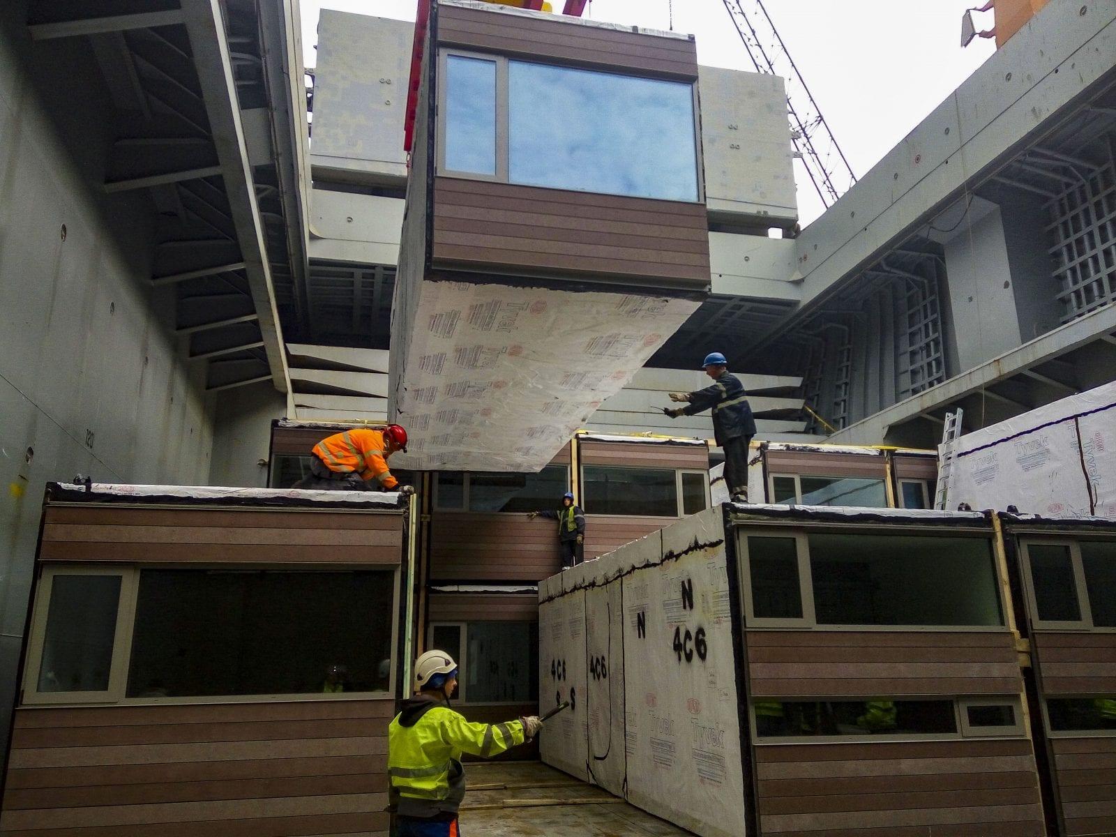 Komplette modulare Hotelzimmer reisen per Schiff von Polen nach New York (Foto © Skystone)